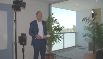 Bildunterschrift: Der bisherige Vorstandsvorsitzende Frank Wiehmeier übergab sein Amt an Dr. Tillmann von Schroeter.